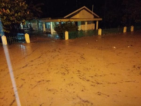 https: img-z.okeinfo.net content 2018 10 12 340 1962963 sumbar-diterjang-banjir-bandang-dan-longsor-lima-orang-meninggal-dzRFdPTo9C.jpg