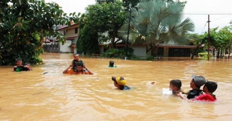 https: img-z.okeinfo.net content 2018 10 12 340 1962991 67-rumah-di-aceh-barat-masih-terendam-banjir-zkDrMmwXRe.jpg