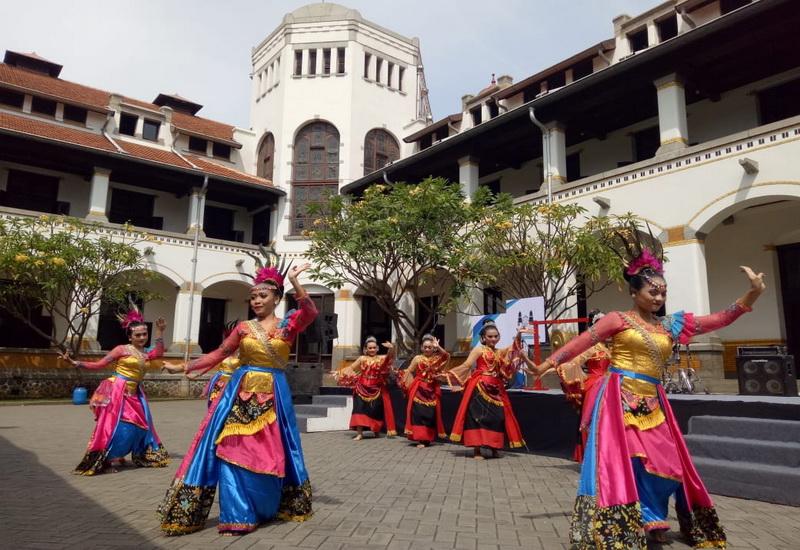 https: img-z.okeinfo.net content 2018 10 12 406 1963024 hari-museum-indonesia-wisata-lawang-sewu-dibanjiri-pengunjung-720CybbbWz.jpg