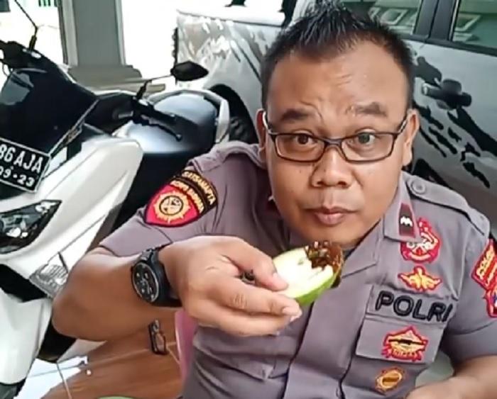 https: img-z.okeinfo.net content 2018 10 13 298 1963650 perkenalkan-turono-pujakesuma-pak-polisi-yang-hobi-bikin-video-makan-pedas-dRsoMdmF4B.jpg