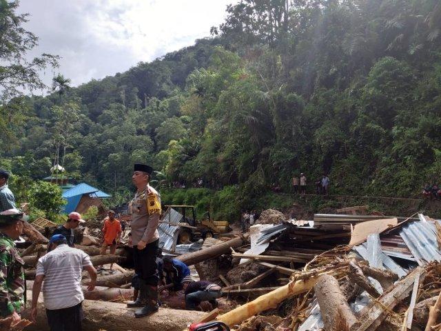 https: img-z.okeinfo.net content 2018 10 13 340 1963698 mandailing-natal-diterjang-banjir-longsor-tanggap-darurat-ditetapkan-hingga-18-oktober-5X1HQRddqd.jpg