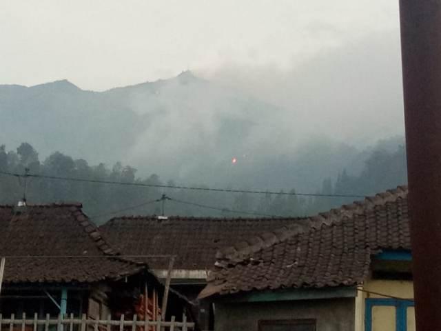 https: img-z.okeinfo.net content 2018 10 18 512 1965539 400-hektare-lahan-merbabu-terbakar-warga-lereng-belum-dievakuasi-SwkLTzwP6y.jpg