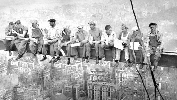 https: img-z.okeinfo.net content 2018 10 22 18 1967302 foto-makan-siang-di-gedung-pencakar-langit-masih-misteri-MuPEt8Uu5o.jpg