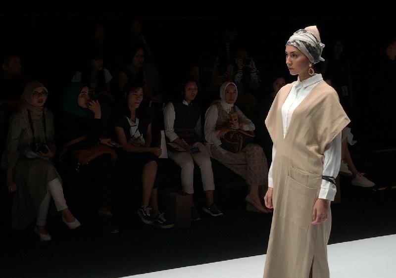 https: img-z.okeinfo.net content 2018 10 24 194 1968454 jfw-2019-dobrak-gaya-mainstream-sayee-sukses-bawa-wear-your-oriental-modest-wear-kaum-hawa-buQWGsCtEH.jpeg