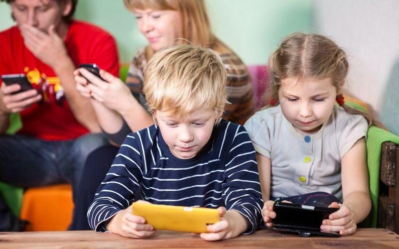 https: img-z.okeinfo.net content 2018 10 25 196 1968929 perbaiki-interaksi-dengan-anak-orangtua-perlu-detoks-gawai-4xvVBmhMMp.jpg
