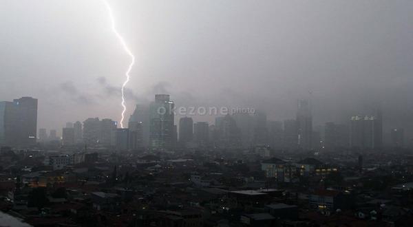 https: img-z.okeinfo.net content 2018 10 29 338 1970140 peringatan-sumpah-pemuda-di-bogor-yang-dihadiri-jokowi-batal-dampak-hujan-deras-7Ov0LPqF52.jpg
