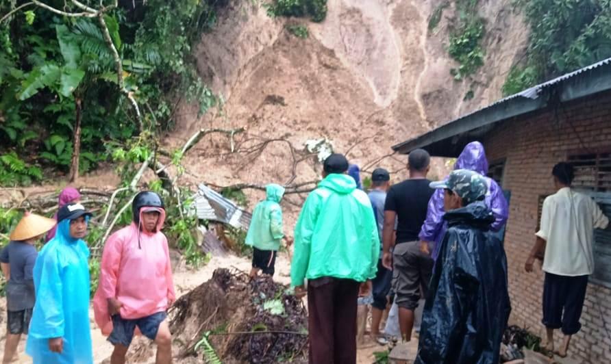 https: img-z.okeinfo.net content 2018 11 09 340 1975709 banjir-dan-longsor-landa-beberapa-wilayah-sumbar-dua-orang-tewas-QjfSTjt4M5.jpg