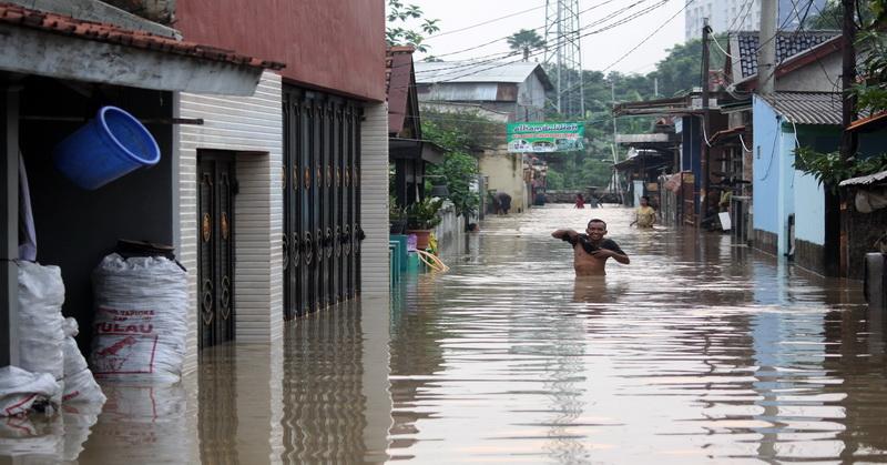 https: img-z.okeinfo.net content 2018 11 13 610 1977068 banjir-parah-terjang-sejumlah-titik-di-kota-palembang-GP9BJXUomW.jpg