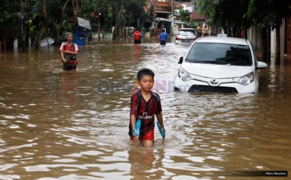 https: img-z.okeinfo.net content 2018 11 13 610 1977310 basarnas-evakuasi-warga-terjebak-banjir-di-palembang-OhHUfNcuyC.jpg