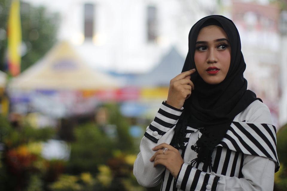 https: img-z.okeinfo.net content 2018 11 23 194 1981757 cari-tahu-yuk-5-fakta-menarik-tentang-hijab-8D2fG5r2Wr.jpg