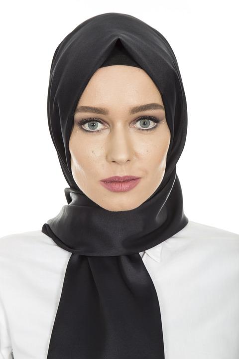https: img-z.okeinfo.net content 2018 11 23 194 1981768 tips-padupadan-hijab-rock-and-roll-tapi-tetap-stylish-krGOWHvHT7.jpg