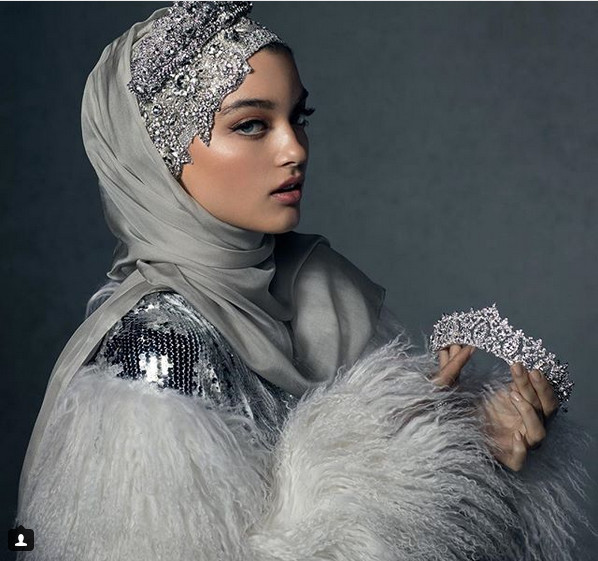 https: img-z.okeinfo.net content 2018 11 26 194 1982747 hijab-ini-dibanderol-rp-4-juta-penasaran-bagaimana-bentuknya-htcVVHxdq1.jpg