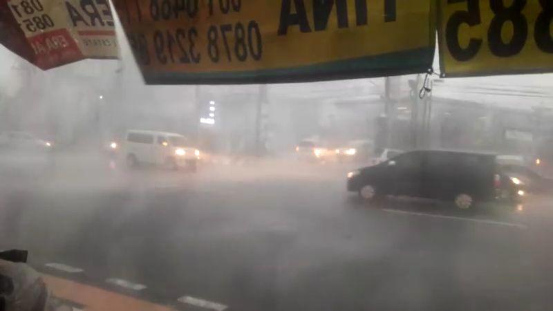 https: img-z.okeinfo.net content 2018 12 03 512 1986286 semarang-dilanda-hujan-badai-pemotor-tak-berani-melintas-PRJ7pt7cGL.jpg