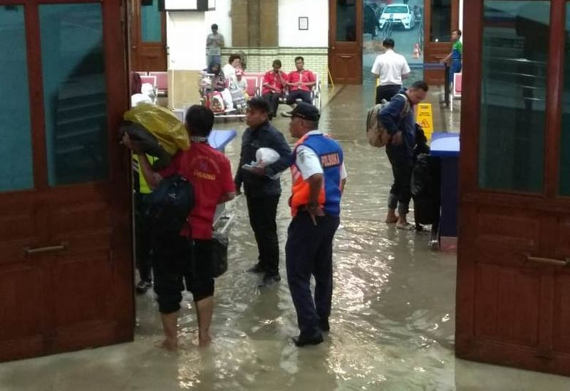 https: img-z.okeinfo.net content 2018 12 03 512 1986293 hujan-deras-stasiun-semarang-tawang-kebanjiran-CfJh4mQHrh.jpg
