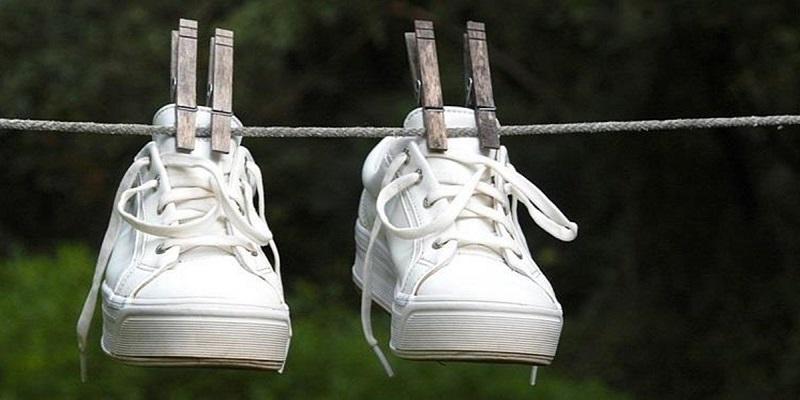 https: img-z.okeinfo.net content 2018 12 05 194 1987193 tips-mudah-merawat-sneakers-putih-di-musim-hujan-biar-kinclong-terus-KjmFvb4ySe.jpg