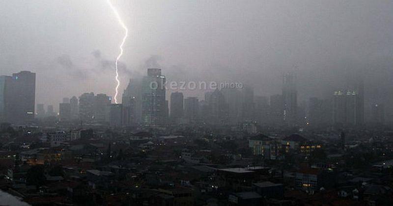 https: img-z.okeinfo.net content 2018 12 05 338 1987259 sore-hingga-malam-ini-hujan-lebat-hingga-petir-akan-hantui-jabodetabek-DDwwvPbdqX.jpg
