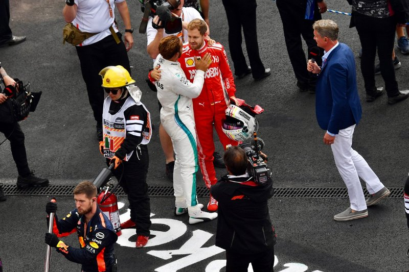 https: img-z.okeinfo.net content 2018 12 05 37 1987264 hamilton-tetap-bakal-juara-dunia-f1-dengan-mobil-ferrari-talBq41y6t.jpg