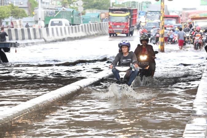 https: img-z.okeinfo.net content 2018 12 09 512 1988684 cerita-warga-semarang-yang-rumahnya-mendadak-terendam-banjir-1-meter-YCBNtBMgIS.jpg