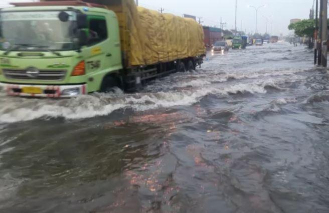 https: img-z.okeinfo.net content 2018 12 09 512 1988803 jalur-pantura-kaligawe-masih-terendam-banjir-setinggi-50-cm-FPWVNpqv2F.JPG