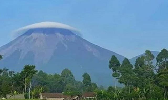 https: img-z.okeinfo.net content 2018 12 10 519 1989260 gunung-semeru-tampak-bertopi-awan-ada-apa-DsibavtHYw.jpg