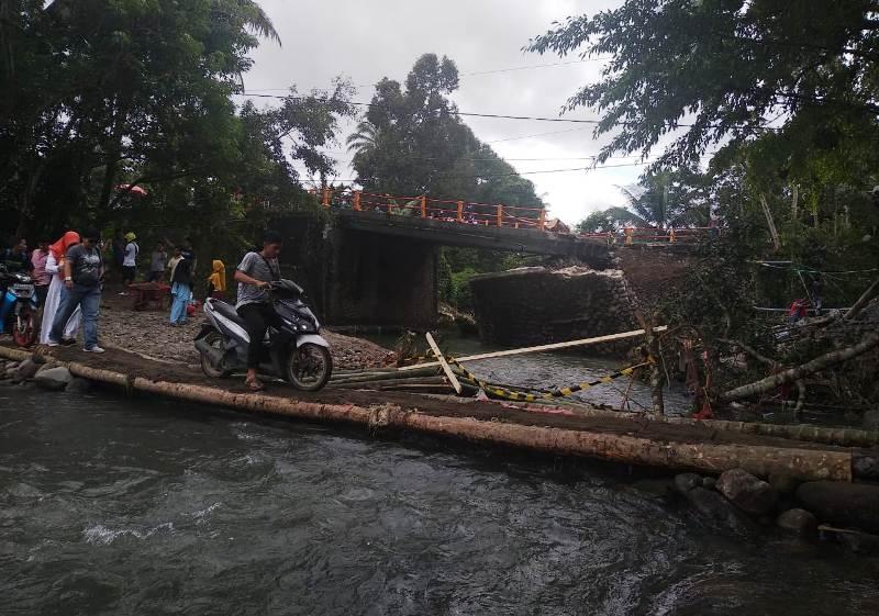 https: img-z.okeinfo.net content 2018 12 11 340 1989847 jembatan-darurat-padang-bukittingi-hanya-bisa-dilalui-sepeda-motor-dan-pejalan-kaki-cCD9GeXkX6.jpg