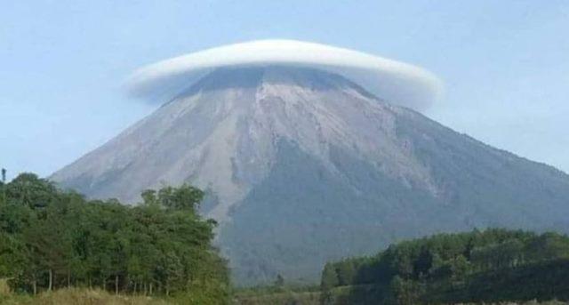 https: img-z.okeinfo.net content 2018 12 11 519 1989530 indahnya-gunung-semeru-bertopi-awan-ini-penjelasan-bnpb-qiQY7tKA6R.jpg
