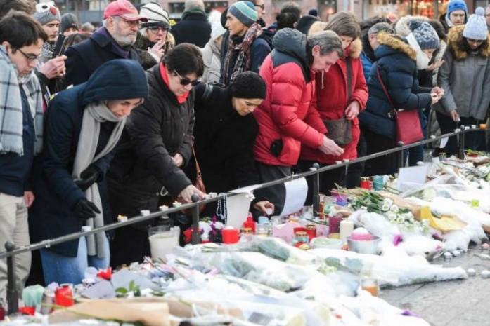 https: img-z.okeinfo.net content 2018 12 17 18 1992304 warga-prancis-beri-penghormatan-pada-lima-korban-penembakan-pasar-natal-strasbourg-rWxlIxmYLL.jpg