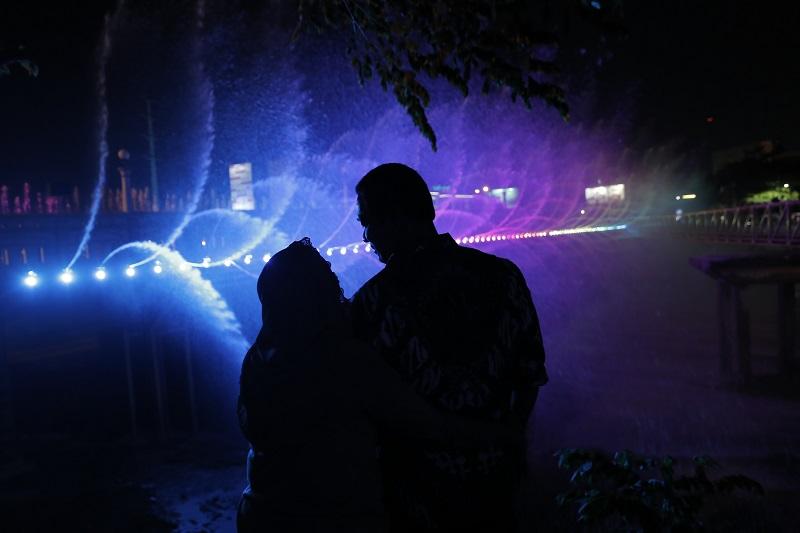 https: img-z.okeinfo.net content 2018 12 17 406 1992591 berbiaya-rp17-miliar-air-mancur-menari-semarang-bridge-fountain-seindah-di-sungai-han-korea-fZr2QByLHB.JPG