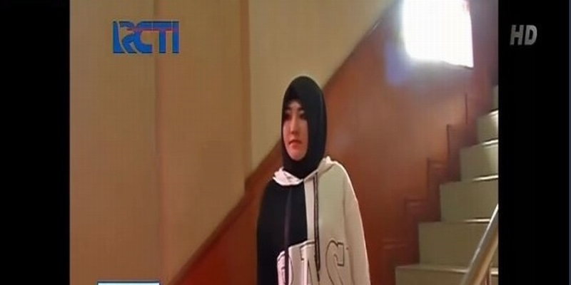https: img-z.okeinfo.net content 2018 12 20 33 1993837 diperiksa-kasus-kosmetik-ilegal-via-vallen-datangi-polda-jatim-pakai-hijab-NOy2QC7U2r.jpg