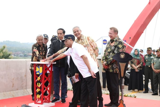 https: img-z.okeinfo.net content 2018 12 21 320 1994309 presiden-jokowi-jalan-tol-760-km-rampung-ini-sejarah-baru-transportasi-indonesia-L7o2aMXcOh.jpg