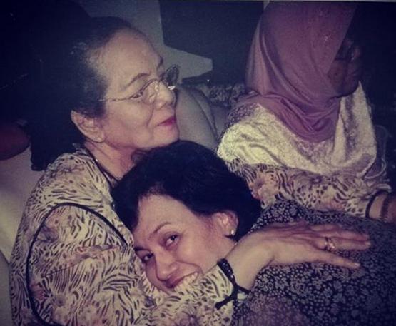 https: img-z.okeinfo.net content 2018 12 22 20 1994790 hari-ibu-sri-mulyani-unggah-foto-favorit-bersama-almarhumah-ibunya-o1CHyHOSjQ.png