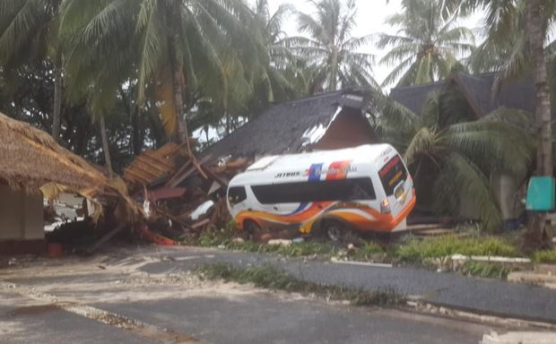 https: img-z.okeinfo.net content 2018 12 23 337 1994988 pegawai-kemenpora-ikut-jadi-korban-tsunami-di-tanjung-lesung-EvthMI4ABP.JPG