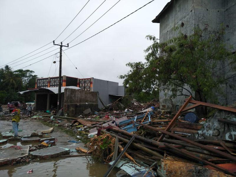 https: img-z.okeinfo.net content 2018 12 24 340 1995572 tim-evakuasi-akhirnya-berhasil-buka-akses-kecamatan-sumur-tercatat-37-meninggal-dunia-dan-476-luka-luka-9WPDGIEran.jpg