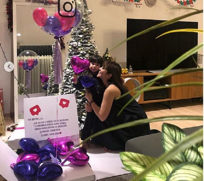 https: img-z.okeinfo.net content 2018 12 25 194 1995707 rayakan-natal-gisel-dan-gempi-dapat-kado-spesial-dari-instagram-uwyMw81z3l.jpg