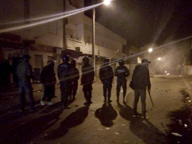 https: img-z.okeinfo.net content 2018 12 28 18 1997129 aksi-bakar-diri-jurnalis-picu-demonstrasi-dan-bentrokan-di-tunisia-FsdllyPxDD.jpg