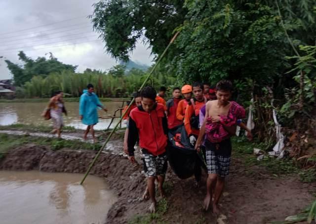 https: img-z.okeinfo.net content 2018 12 29 609 1997438 terseret-arus-banjir-2-warga-di-kabupaten-barru-ditemukan-meninggal-NMii7kNBrX.jpg