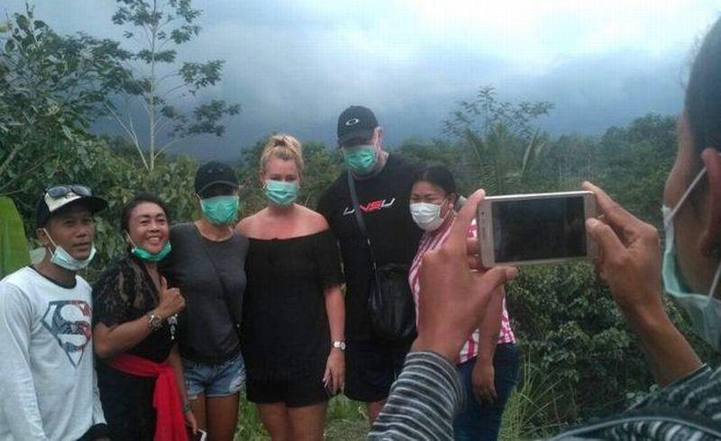 https: img-z.okeinfo.net content 2018 12 30 196 1997753 fenomena-selfie-di-lokasi-bencana-berikut-deretan-faktanya-KasBLWKRuc.jpg