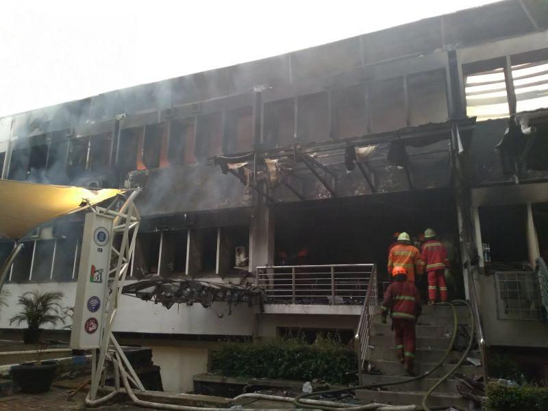https: img-z.okeinfo.net content 2018 12 30 525 1997861 kampus-itb-terbakar-diduga-berasal-dari-ruangan-arsip-8gMU0Omv8Z.jpg