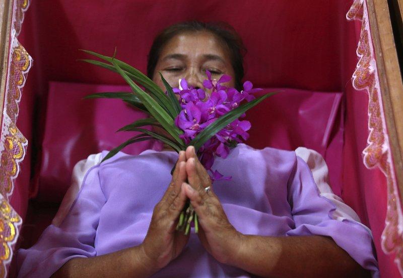 https: img-z.okeinfo.net content 2019 01 01 406 1998702 tidur-dalam-peti-mati-cara-orang-thailand-rayakan-tahun-baru-vNVJRJ7Bpo.jpeg