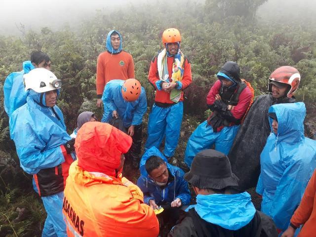 https: img-z.okeinfo.net content 2019 01 03 609 1999218 cerita-tim-sar-temukan-pendaki-dalam-kondisi-kedinginan-di-gunung-bawakaraeng-AJYCISFyTo.jpg
