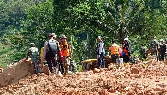 https: img-z.okeinfo.net content 2019 01 04 525 1999930 update-korban-longsor-sukabumi-18-orang-tewas-dan-15-masih-hilang-NnjhG6siHW.jpg