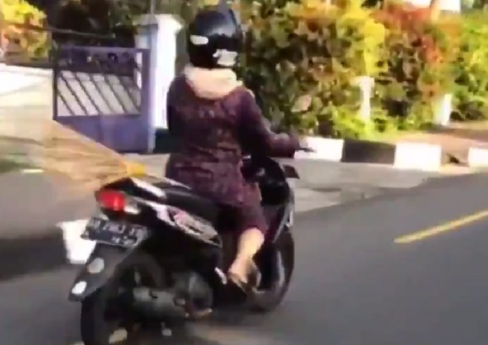 https: img-z.okeinfo.net content 2019 01 07 406 2001175 viral-ibu-ibu-naik-sapu-terbang-di-yogyakarta-netizen-bingung-h4KuKsLXiS.jpg