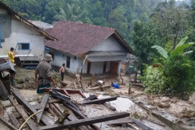 https: img-z.okeinfo.net content 2019 01 07 525 2000777 banjir-dan-longsor-terjang-kabupaten-kuningan-NBAxH0y9fe.jpg