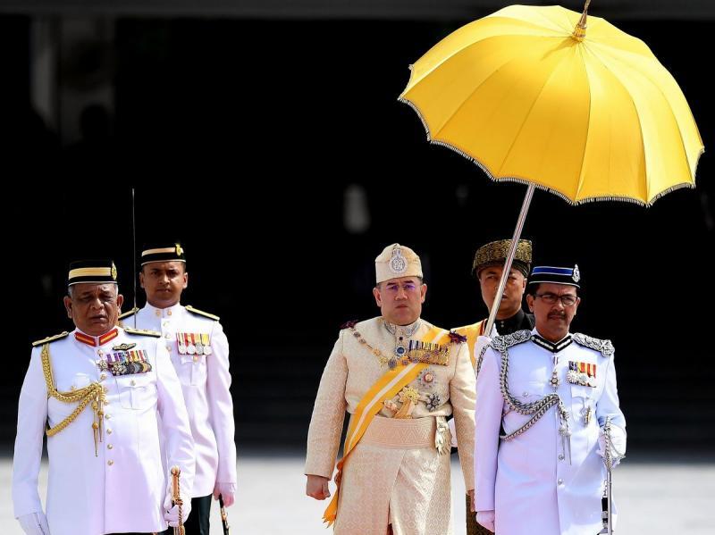 https: img-z.okeinfo.net content 2019 01 08 196 2001312 mundur-tanpa-alasan-dari-tahta-kerajaan-malaysia-intip-5-fakta-menarik-tentang-sultan-muhammad-v-Ve9YCIdIyG.jpg