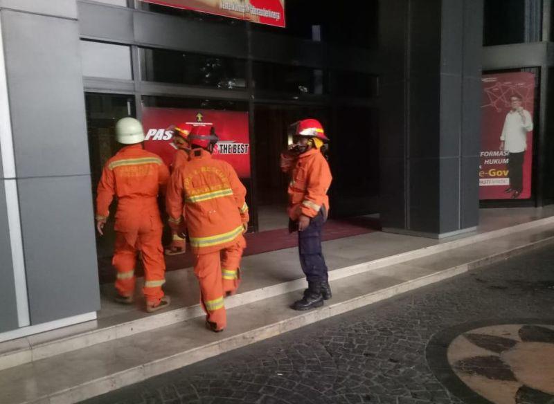 https: img-z.okeinfo.net content 2019 01 08 338 2001329 3-lantai-gedung-kemenkumham-kebakaran-20-unit-damkar-diterjunkan-xi7n3toXkv.jpg