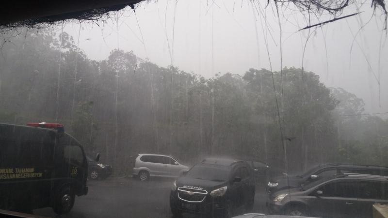 https://img-z.okeinfo.net/content/2019/01/09/338/2001864/hati-hati-hujan-deras-di-jabodetabek-berlangsung-hingga-siang-ini-BDsGi4aPhC.jpg