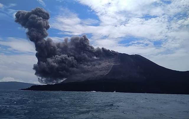 https: img-z.okeinfo.net content 2019 01 10 340 2002464 gunung-anak-krakatau-masih-bergolak-warga-dilarang-mendekat-di-radius-5-km-rtsQxXKZQm.jpeg