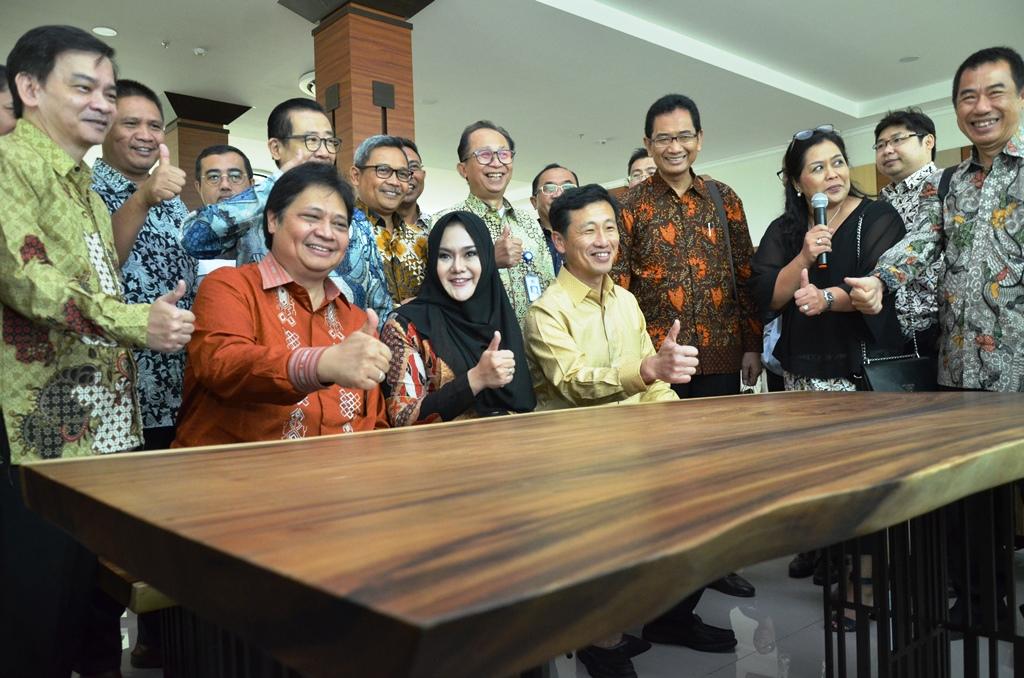 https: img-z.okeinfo.net content 2019 01 10 65 2002669 indonesia-singapura-resmikan-politeknik-industri-furnitur-dan-pengolahan-kayu-kendal-N9bs1VV9Ui.JPG