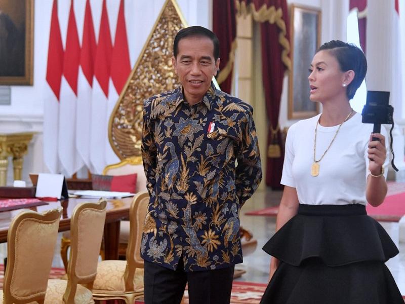 https: img-z.okeinfo.net content 2019 01 11 194 2003254 bertemu-presiden-jokowi-penampilan-agnez-mo-sederhana-fxTNeyYuPp.jpg