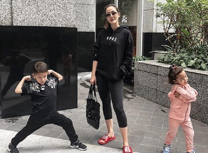 https: img-z.okeinfo.net content 2019 01 11 194 2003336 jadi-single-mom-ini-5-potret-kedekatan-cathy-sharon-dengan-kedua-anaknya-EUj2KmRiGY.jpg